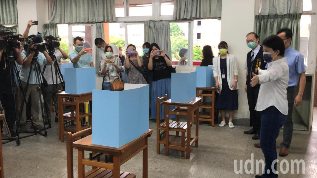 台中市長盧秀燕表示座位維持社交距離,特別滿意。記者陳秋雲/攝影