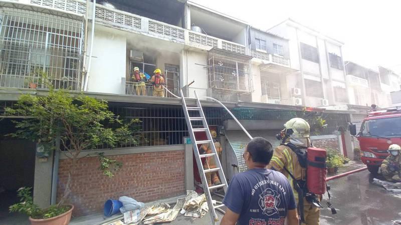 台南市南區大同路二段民宅發生火災,消防人員架梯上2樓協助排煙。記者黃宣翰/攝影