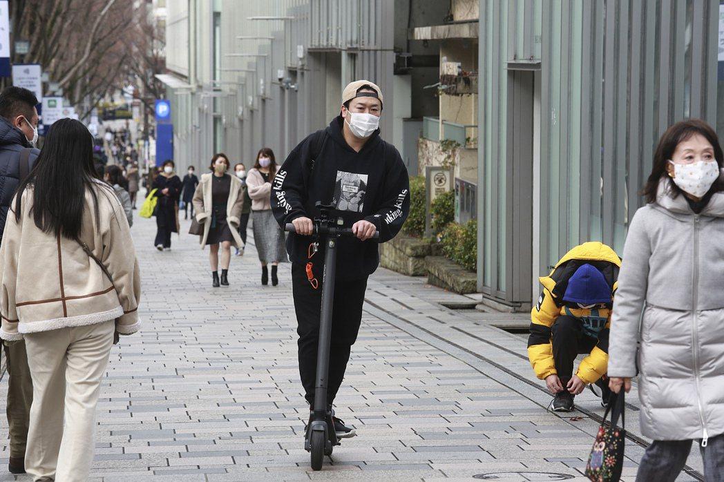 示意圖。東京街頭的電動滑板車。美聯社