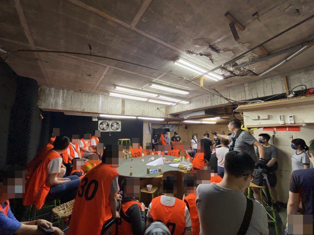 桃園中壢警分局破獲職業賭場,將63名賭客及工作人員移送法辦。記者朱冠諭/翻攝