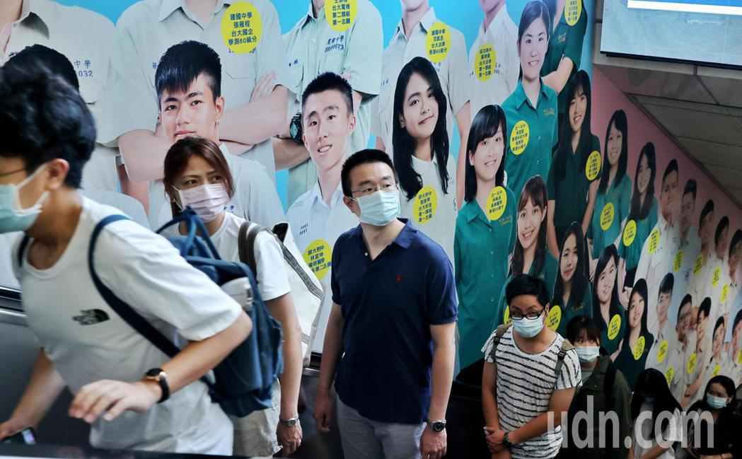 明日開始至8月9日,疫情警戒將從三級降至二級,但外出仍需全程配戴口罩,在公開場合...