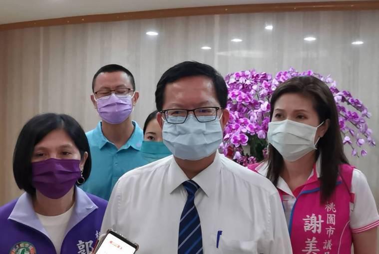 桃園市長鄭文燦(中)說明拒絕疫調就開罰。記者曾增勳/攝影