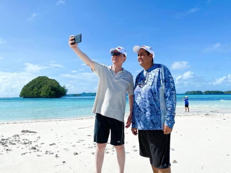 台灣疫情降級,旅行業者判重啟台帛旅遊泡泡。圖為外交部長吳釗燮(左)和帛琉總統惠恕...