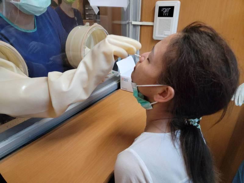 台中市補習班業者今集體報名到慈濟醫院快篩。圖/台中市補習教育協會提供
