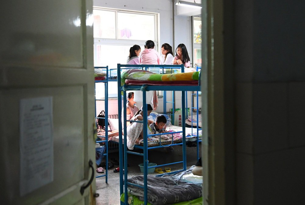 7月25日,轉移群眾在河南省新鄉市第二中學安置點的宿舍內休息。新華社