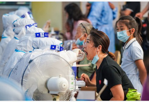 7月25日,市民在南京市建鄴區興隆街道香山路社區核酸檢測點接受核酸檢測取樣。新華...