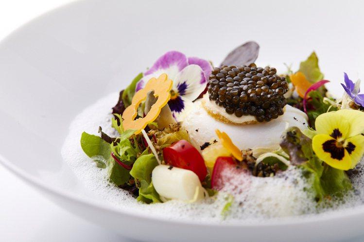 鹽之華2021春季主廚套餐中的魚子醬水波蛋春蔬沙拉。圖/鹽之華提供。