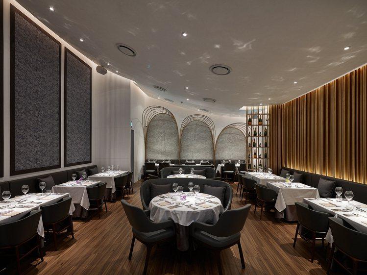 鹽之華法式餐廳包括包廂有60個座位,目前只開放30個座位供訂位。圖/鹽之華提供。