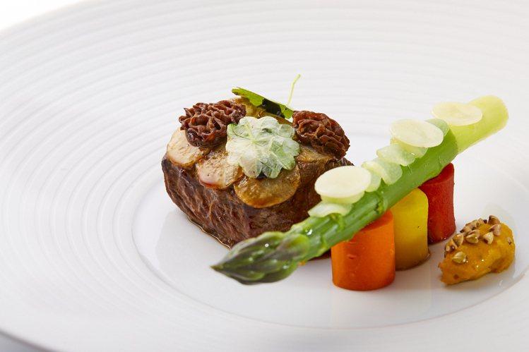 鹽之華2021春季主廚套餐中的春季蔬菜小羔羊背。圖/鹽之華提供。