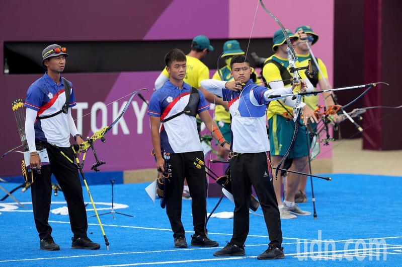 中華男子射箭8強賽以5:1擊敗大陸隊,闖進4強賽。 特派記者余承翰/東京攝影