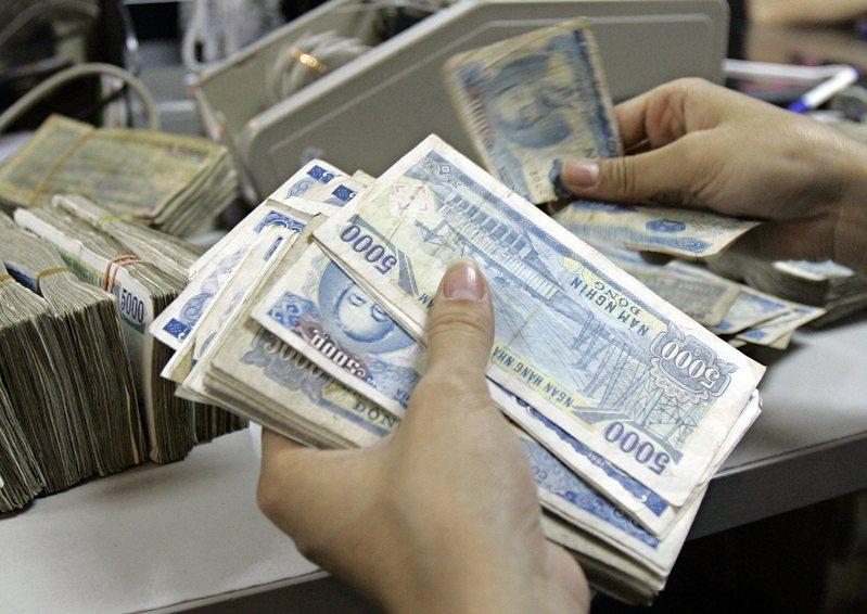 越南財政部考慮推出新一輪企業租稅與費用紓困案,規模上看24兆越南盾。美聯社
