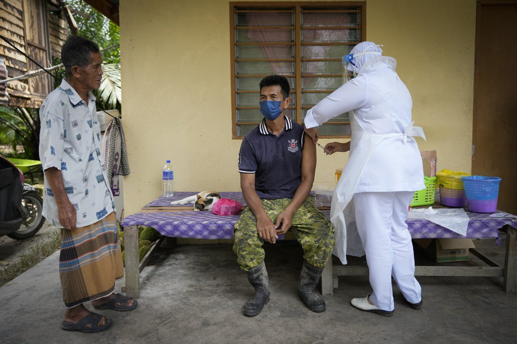 護理人員為馬來西亞偏鄉長者接種新冠疫苗。(美聯社)