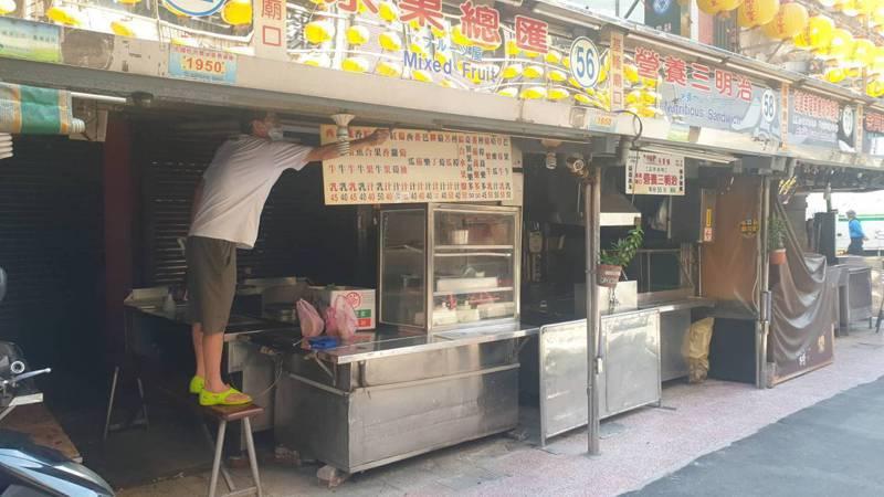 基隆廟口夜市的攤商今天忙著整理攤位,刷洗營業用具,迎接明天恢復營業。記者邱瑞杰/攝影