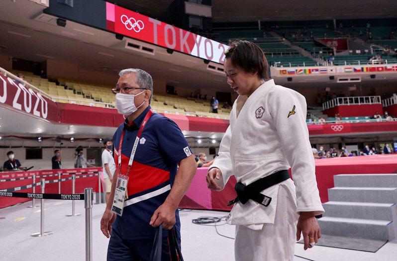 台灣柔道女將連珍羚(右)在東京奧運16強因三次指導落敗,日本教練松岡義之(左)也感到遺憾。特派記者余承翰/東京攝影