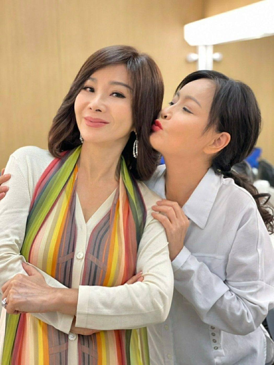 岳虹(右)開心美夢成真,可以和陳美鳳一起拍戲。圖/民視提供