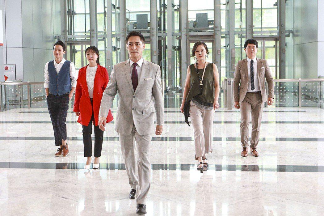 王燦(右起)、岳虹、黃建群、陳妍安、張哲豪在「黃金歲月」中演出經營飯店一家人。圖...