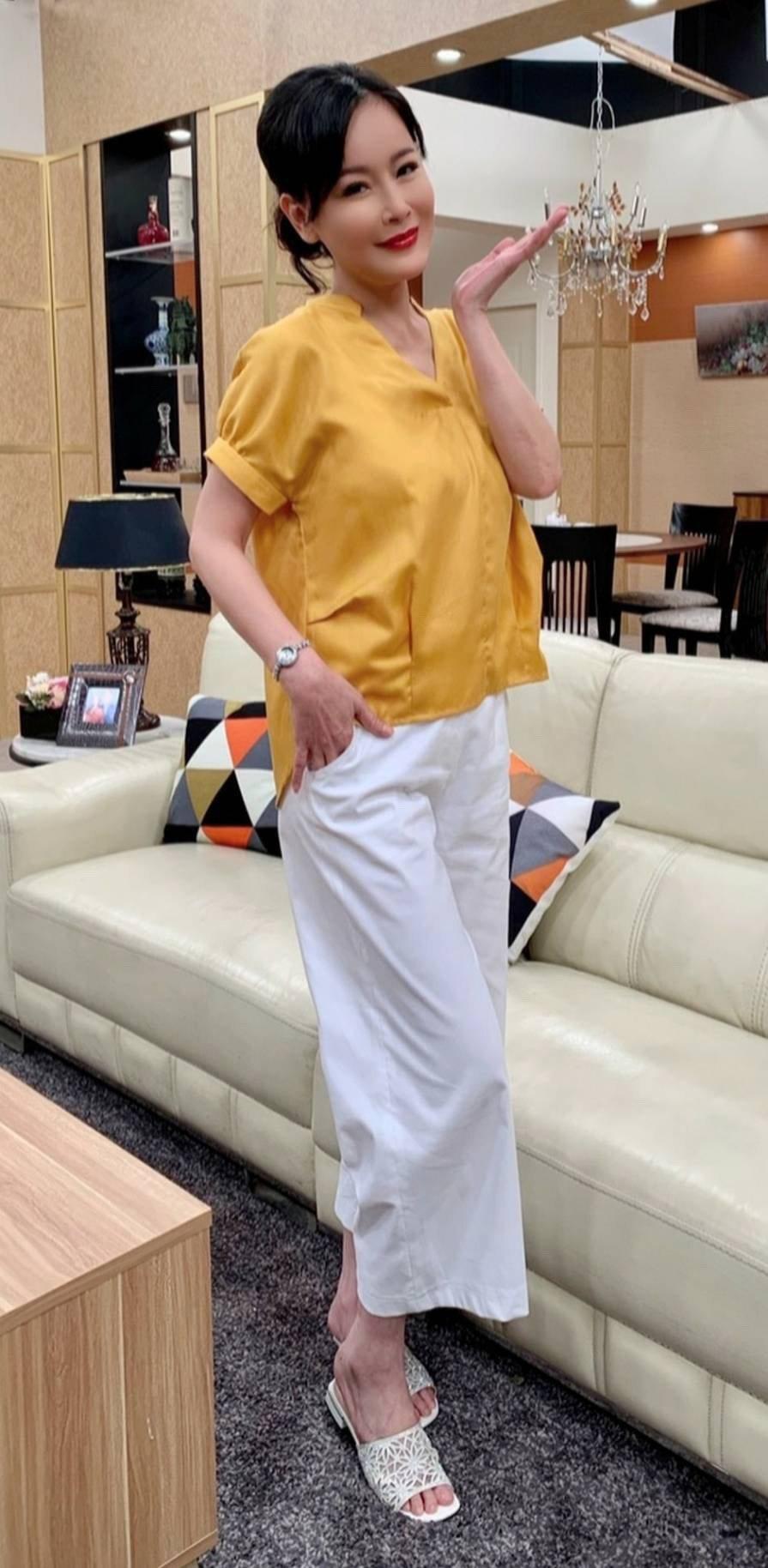岳虹演出「黃金歲月」收到上千件衣服、首飾,開心省掉不少治裝費。圖/民視提供