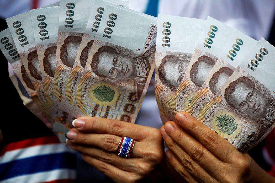 泰銖兌美元今年貶值逾10%。(路透)