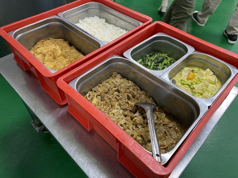北市府竟只針對「公辦公營、公辦民營廚房」廚工打疫苗,「外訂盒餐、桶餐」廚工竟非施打對象。記者潘才鉉/攝影