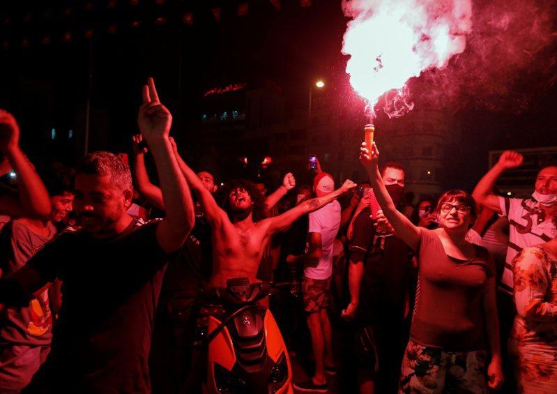 突尼西亞總統薩伊德25日開除總理麥奇齊,薩伊德的支持者當晚在首都突尼斯市慶祝。路透
