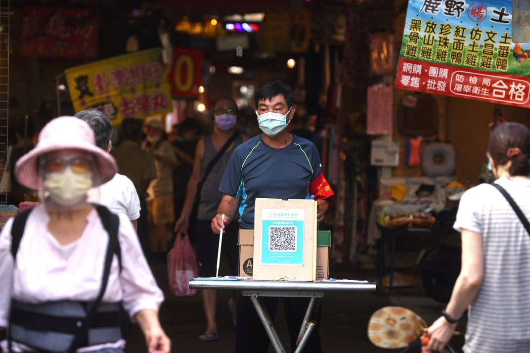 彭博資訊報導,今年台灣的新冠疫情急劇升高,數據顯示,台灣的死亡病例不尋常地高。圖...