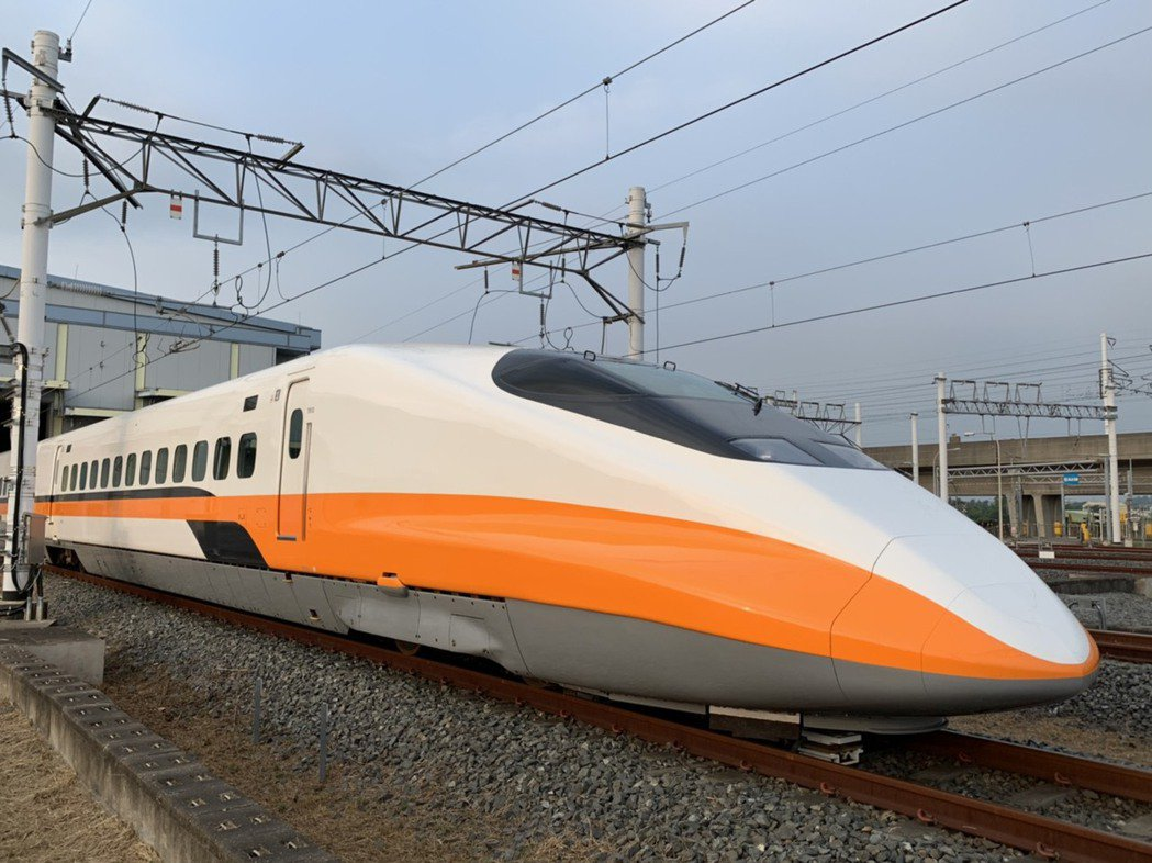 疫情降級,高鐵各車次列車將同步配合維持乘載率在七成以下,並繼續實施全車對號座。 ...