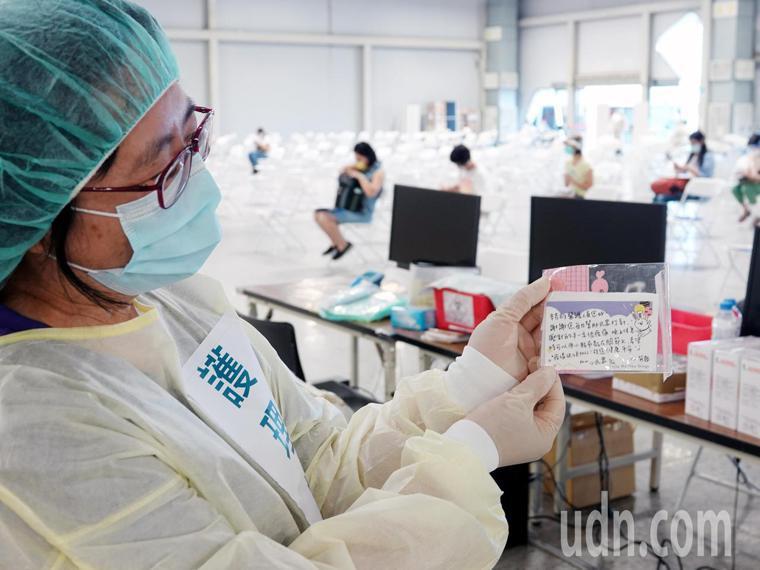 台北市宣佈國高中教職員1.5萬人將從今天(26日)起到29日在花博爭豔館接種;警...