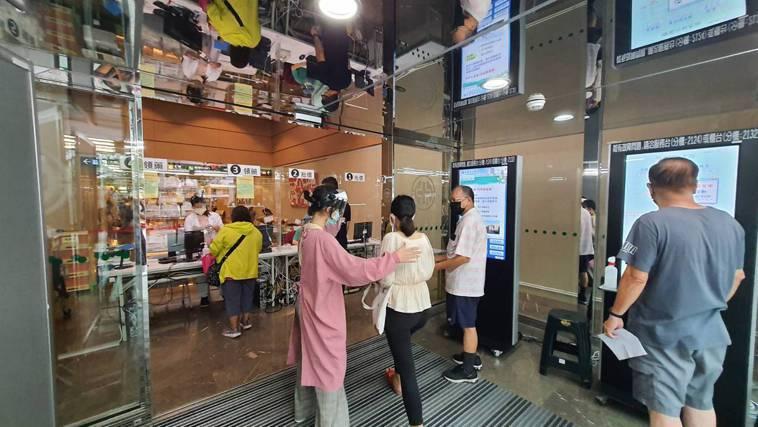 民眾可於亞東醫院南棟大門批價領藥。圖/亞東紀念醫院提供