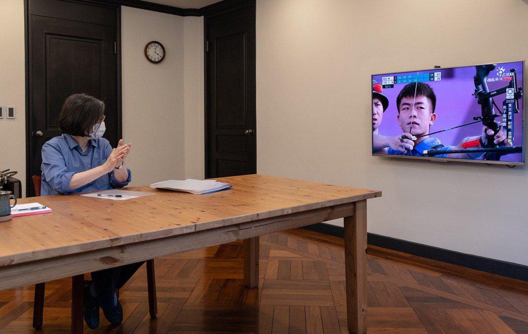 蔡英文總統在會議空檔觀看東京奧運中華男子射箭隊比賽轉播。圖/取自蔡英文臉書