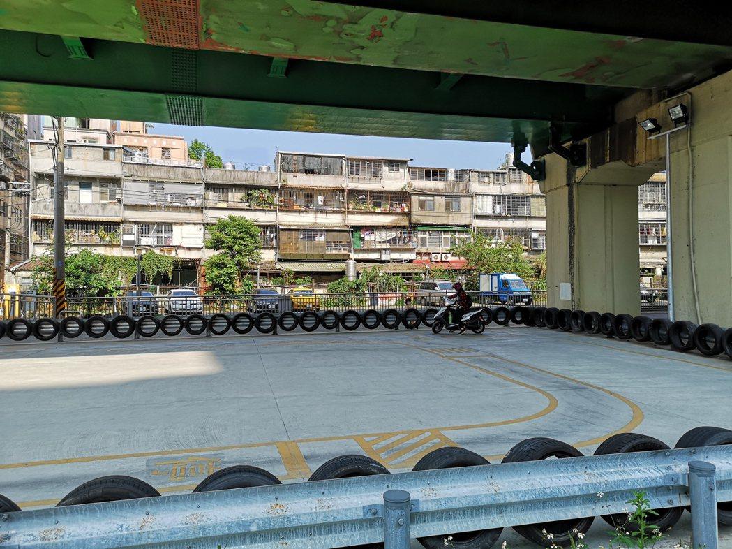 新北市汐止區設在鐵路高架橋下的機車考照練習場,27日重新開放民眾練習騎機車。圖/...