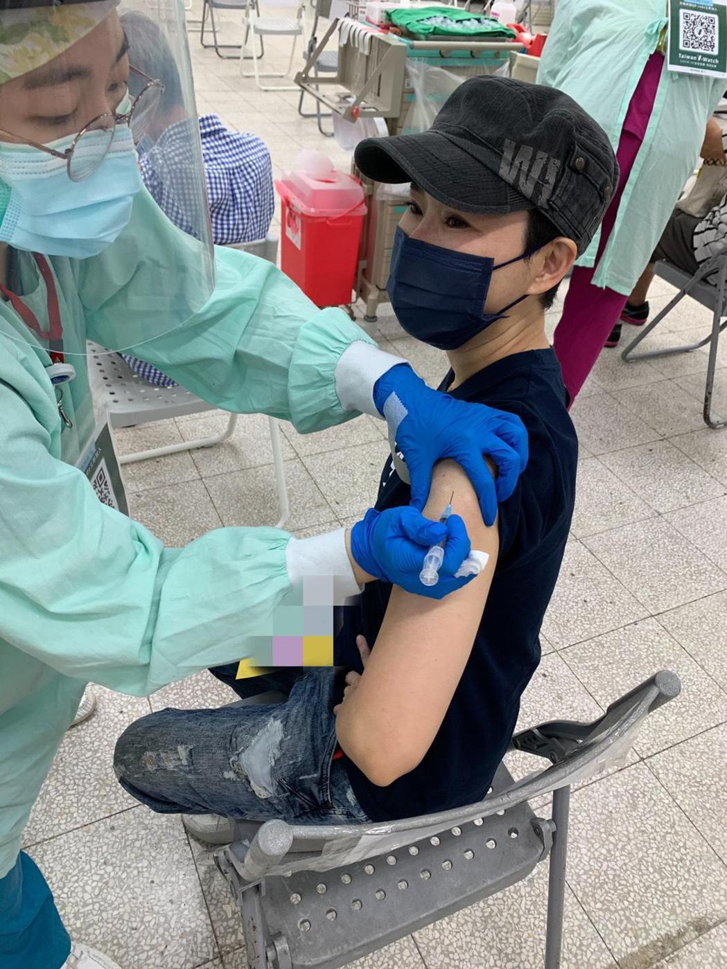 罹患帕金森氏症的詹雅雯打完疫苗。圖/固力狗娛樂提供