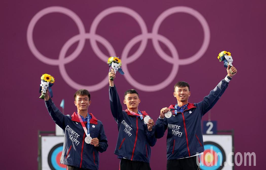 我國男子射箭隊今天在東京奧運男子團體金牌戰不敵南韓隊,但銀牌成績仍追平2004年