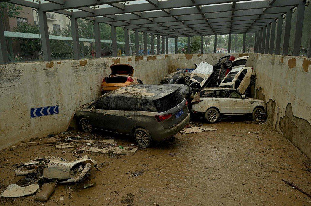 京廣隧道內被淹的車輛。(法新社)