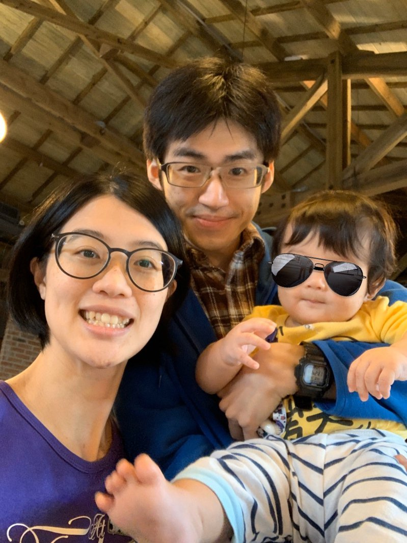 「減廢夫妻」林姓職能治療師(左起)、呂姓工程師,一家三口奉行環保生活。圖/「減廢夫妻」提供