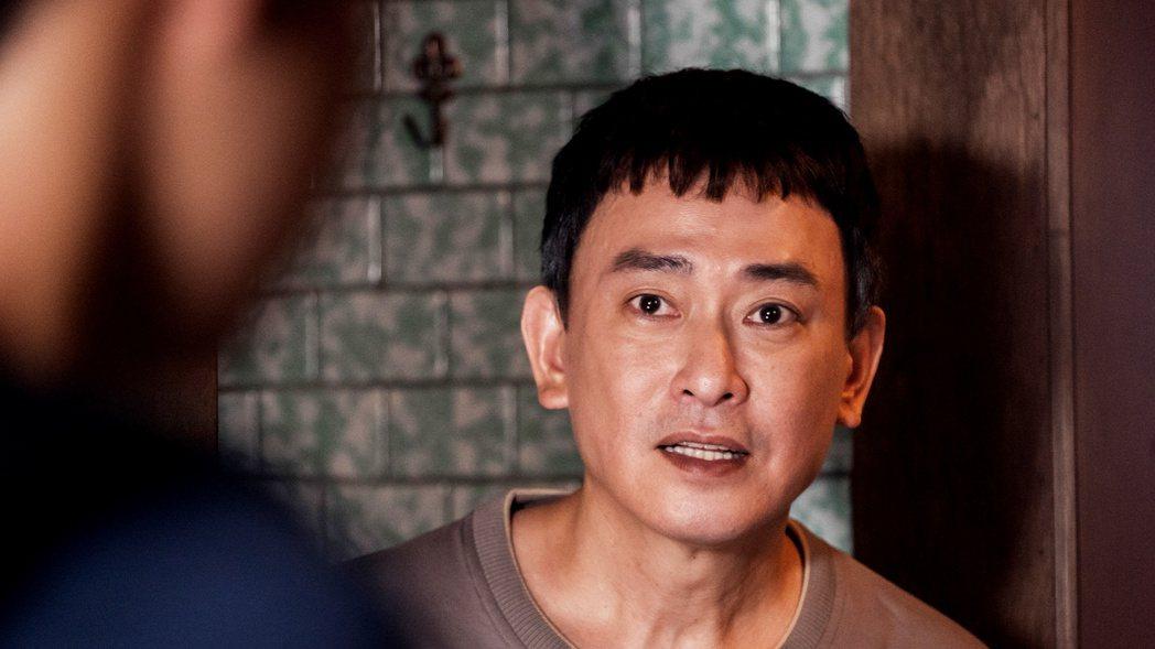 王識賢在「神之鄉」戲裡,費心燉天龍湯等兒子回來喝。圖/東森、映畫提供