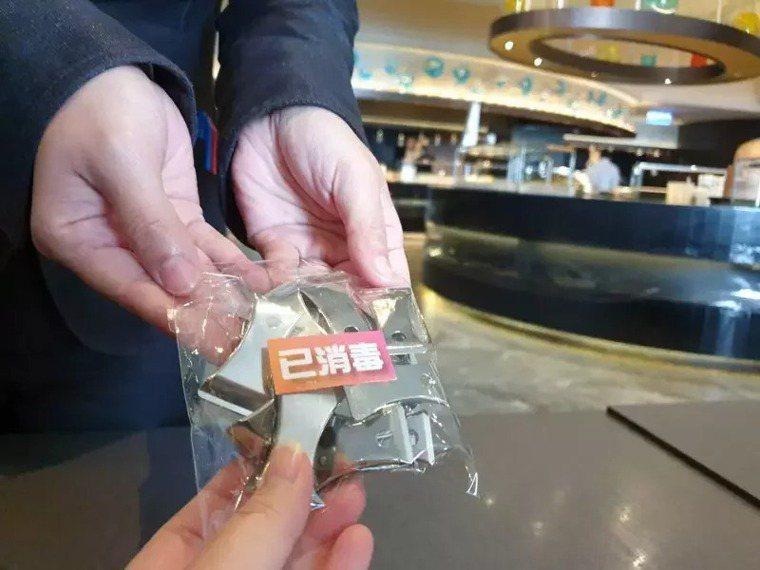 漢來海港自助餐廳則除了隔桌帶位,也將施行「桌號夾點菜」的方式。圖/漢來美食提供