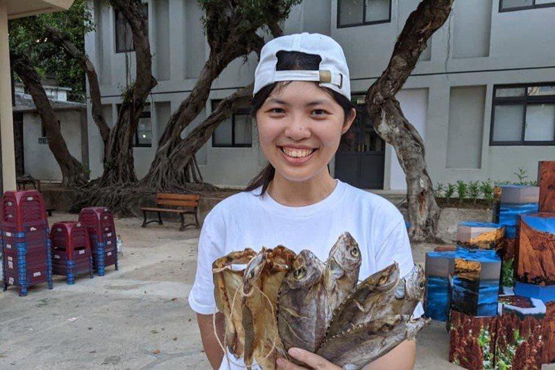 巫佳容除了課程及講座,也設計了曬魚場及魚市場參訪、敲魚乾體驗等遊程。圖/巫佳容提供