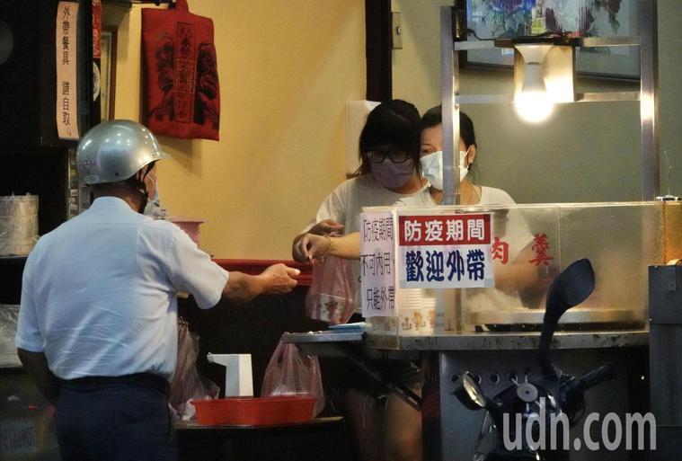 7月27日起疫情警戒標準將降至第二級,台北市、新北市的餐廳和三級警戒的管制一樣,...