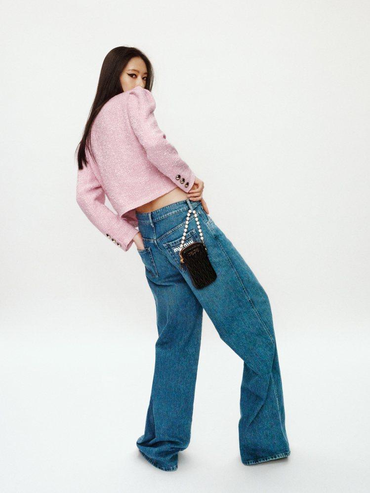 粗花呢外套89,000元,寬管牛仔褲28,500元,珍珠Matelassé皮革迷...