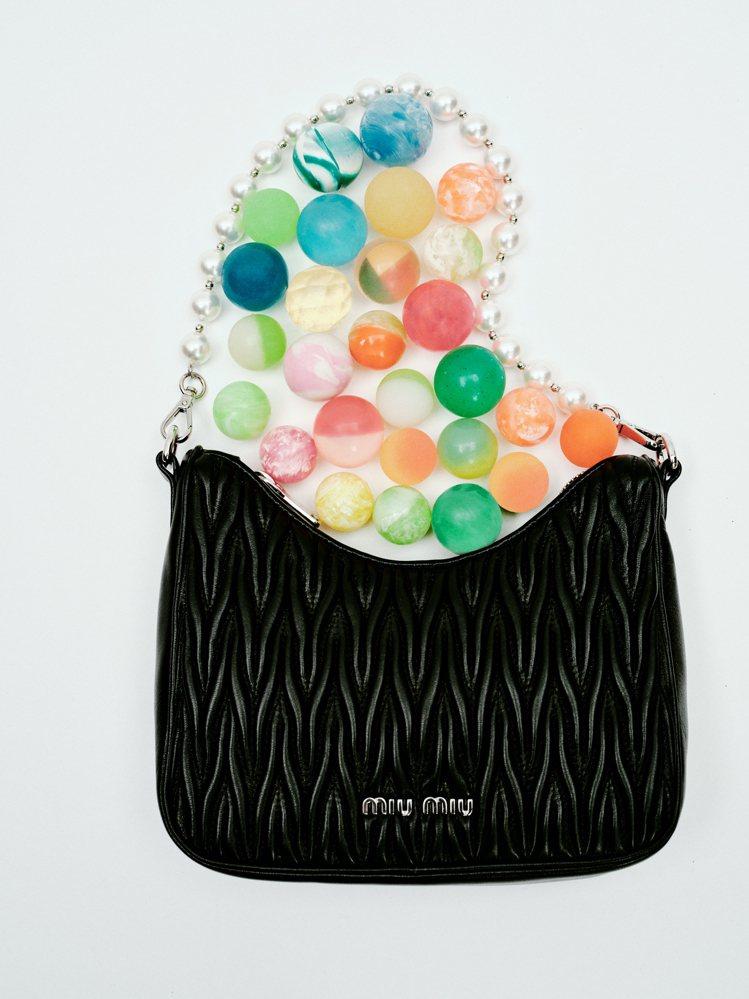 珍珠Matelassé皮革手提肩背包,52,000元。圖/MIU MIU提供