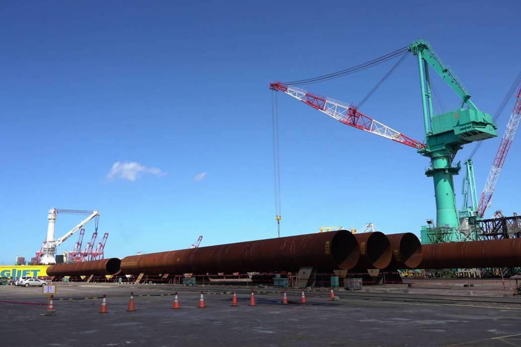 台船製造的首批交件的水下基樁。圖/台船提供