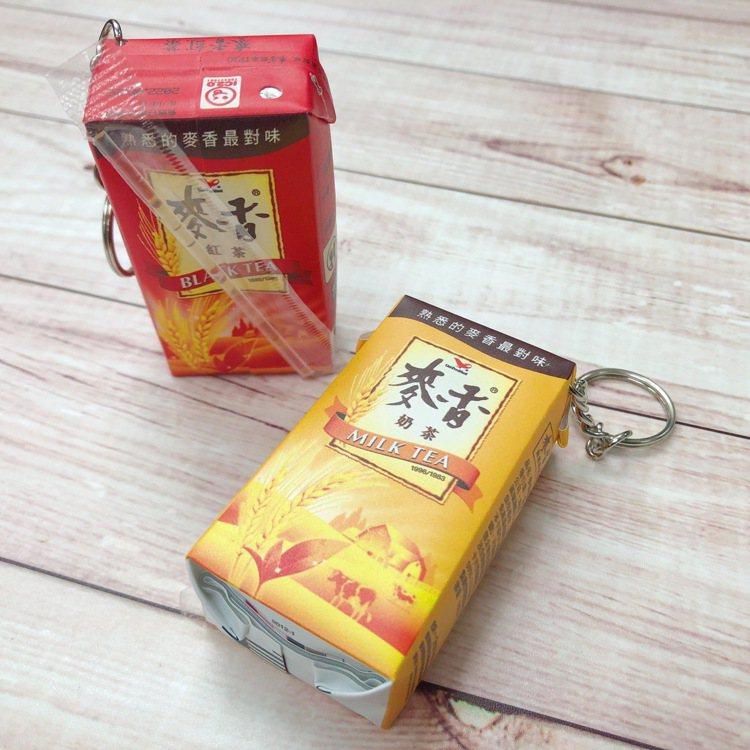 「麥香紅茶icash2.0」連黏在背面的吸管塑膠套都復刻,還能將吸管取出插在頂端...