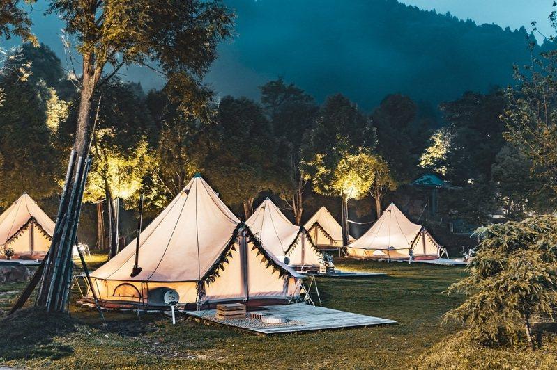 來到愛上喜翁豪華莊園,在雲霧繚繞間體驗豪華露營,KLOOK獨家七五折優惠雙人只要8,100元。   圖/KLOOK提供