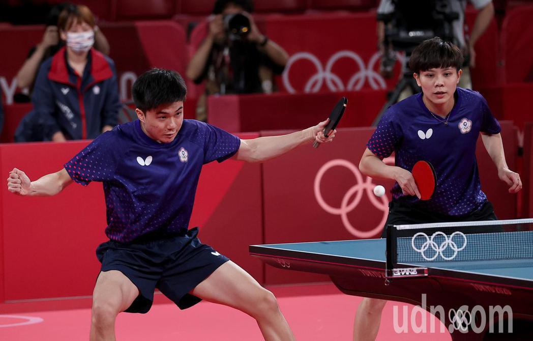 我國桌球「黃金混雙」林昀儒(左)與鄭怡靜(右)在東京奧運混雙季軍戰以4:0橫掃法...