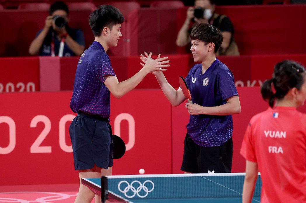 鄭怡靜(右)和林昀儒慶祝銅牌戰勝利。特派記者余承翰/東京攝影