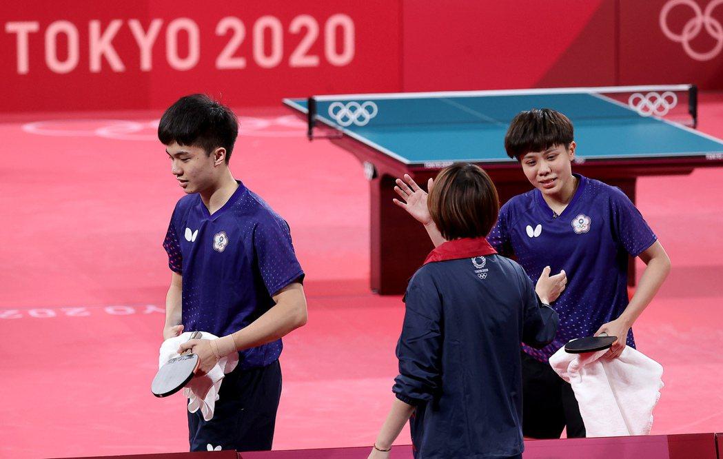 鄭怡靜(右一)下場和鄭佳奇(中)擊掌時,已經眼眶泛淚。特派記者余承翰/東京攝影