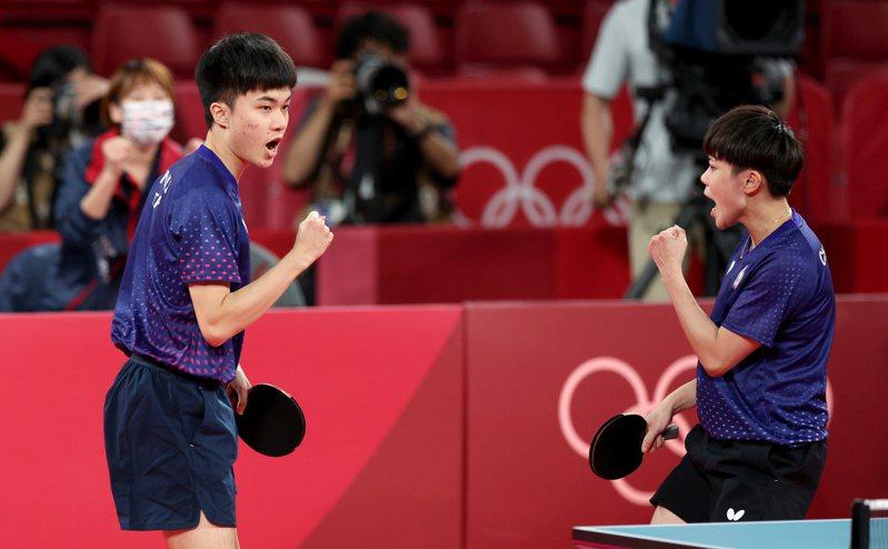 林昀儒(左)和鄭怡靜得分後握拳慶祝。特派記者余承翰/東京攝影