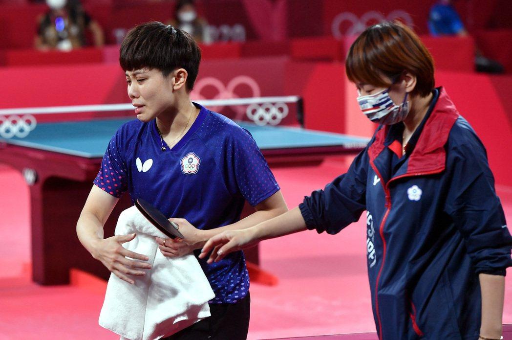 鄭怡靜(左)銅牌戰奪勝後,一下場立刻眼淚潰堤。特派記者余承翰/東京攝影