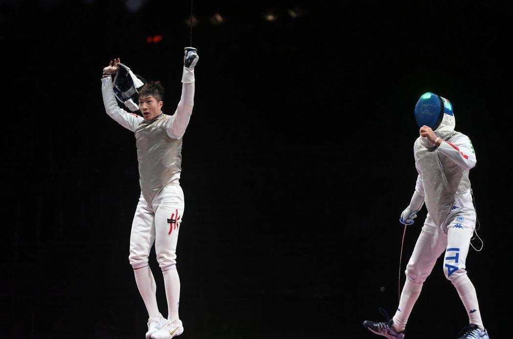 在東京奧運會擊劍項目男子個人花劍決賽中,香港選手張家朗(左)戰勝義大利選手加羅佐...