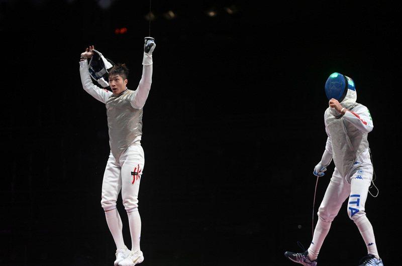在東京奧運會擊劍項目男子個人花劍決賽中,香港選手張家朗(左)戰勝義大利選手加羅佐,奪得冠軍。(新華社)